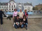 Pred palačom Grasalković