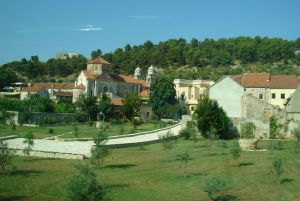 Crkva sv. Spiridona sa dvoristem i utvrda u daljini