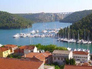 Divan pogled na rijeku i grad
