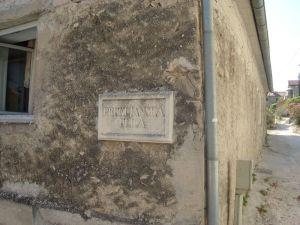 Nazivi ulica ispisani na kamenim pločama
