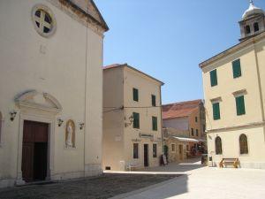 Pred baroknom crkvom Male gospe