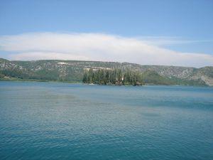 Visovačko jezero sa otočićem