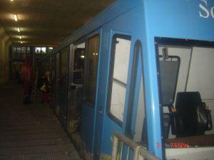 Vlak vozi uzbrdo kroz planinu